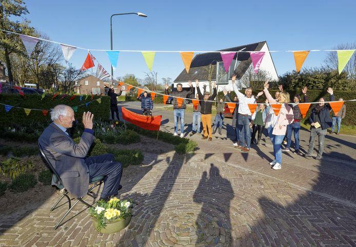 Ad Vermeer werd op zijn negentigste verjaardag verrast door buurtgenoten