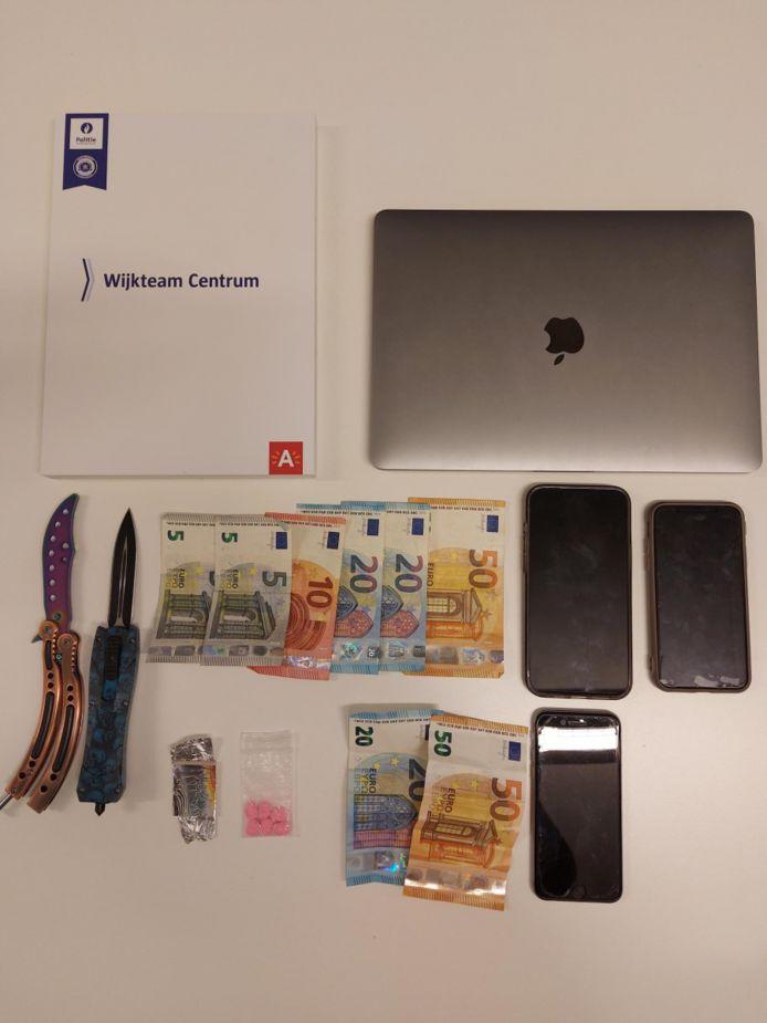De politie vond bij huiszoekingen een vlindermes, een computer en een kleine hoeveelheid xtc.