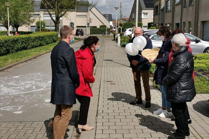 Schepen van onderwijs Katrien Claus en directeur Pascal De Rop overhandigden een houten herinneringsplak, gemaakt in de ateliers van het GTI.