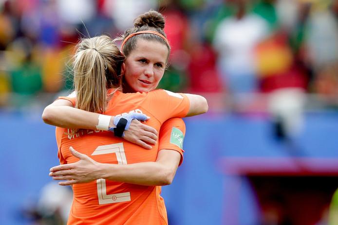 Merel van Dongen omhelst Desiree van Lunteren na afloop van het duel met Kameroen.
