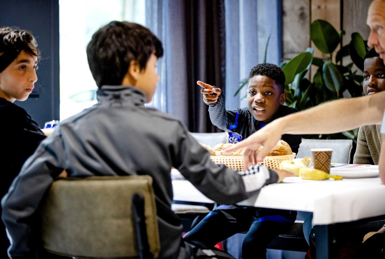 Basisschoolleerlingen uit groep 7 en 8 nemen deel aan de eerst editie van het Keti Koti-scholenontbijt. Hierbij ontmoeten leerlingen uit groep 7 en 8 van basisscholen uit diverse stadsdelen elkaar en staan ze samen stil bij het slavernijverleden.  Beeld ANP