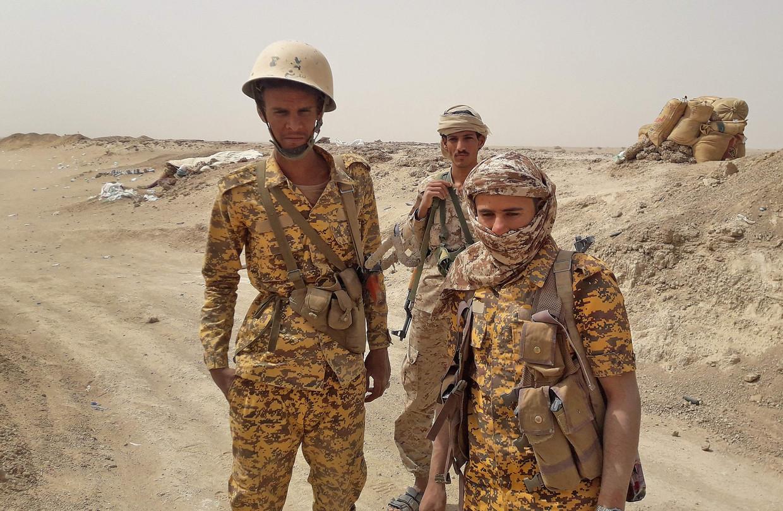Militairen van het door Saoedi-Arabië gesteunde regeringsleger in Jemen, dat strijdt tegen de door Iran gesteunde Houthi-rebellen. Beeld AFP