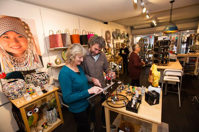 Bestuursleden Maria Broos en Marco Welling (vooraan) in de Wereldwinkel aan de Grotestraat in Waalwijk.