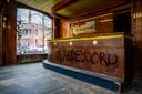 Café Wandeloord in Crooswijk is al ontmanteld. Alleen de bar staat er nog.