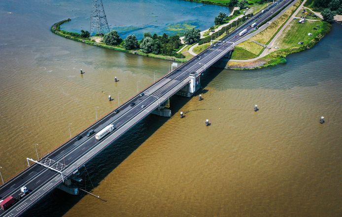 De Haringvlietbrug gezien vanuit de lucht.