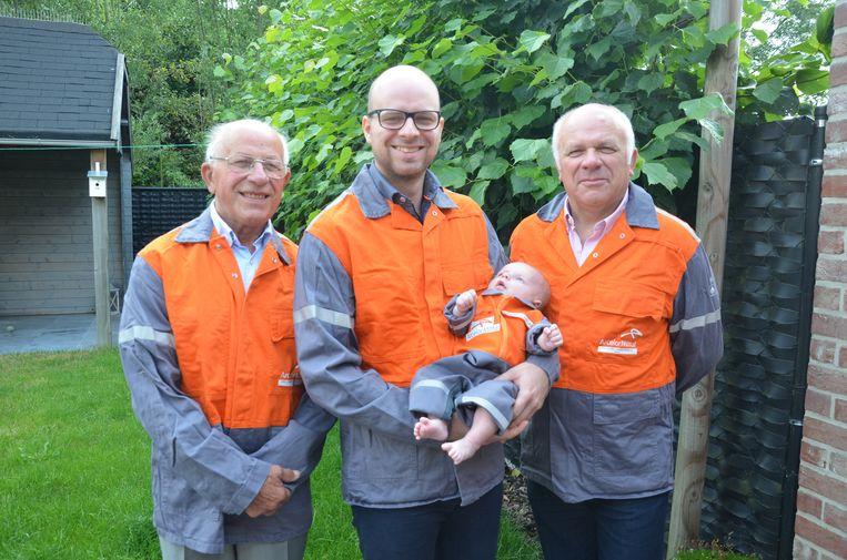 Kamiel, Kenneth en Christiaan werken of werkten alledrie voor Arcelor Mittal. Ook de kleine Lucas kreeg een overall van het bedrijf.