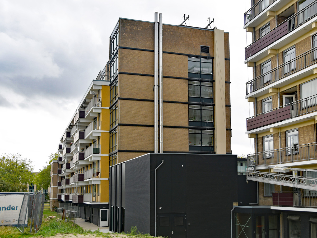 De twee zilverkleurige pijpen van de houtpelletinstallatie aan één van de flats van De Veste aan het Oostelijk Bolwerk in Terneuzen.
