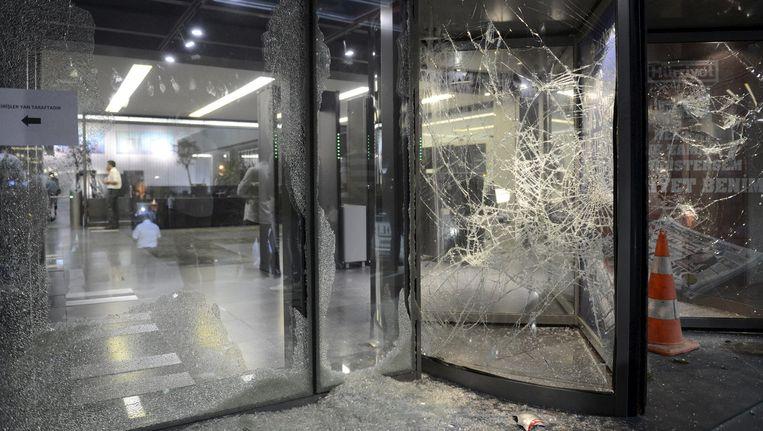 Het kantoor van het dagblad Hurriyet werd aangevallen. Beeld REUTERS