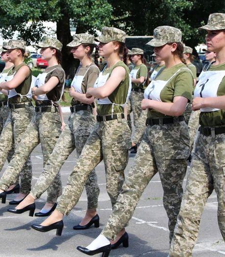 Ophef in Oekraïne om verplicht op hakken marcheren vrouwelijke militairen