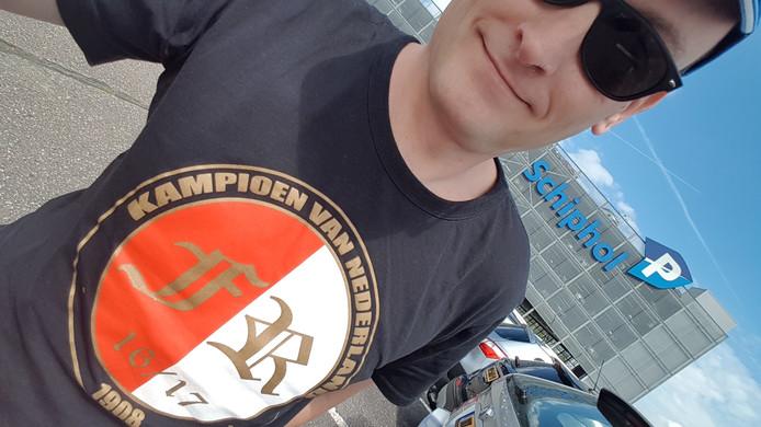 Rotterdammer Mark Kleinbloesem (43) beleefde zijn piekmoment al op Schiphol: ,,Het mooiste onderweg op reis dat is wel de mopperende 020-pendelbuschauffeur van Schiphol zodra ik met dit shirt wil instappen. Speciaal voor hem draag ik bij elk bezoek aan Schiphol dit shirt.''
