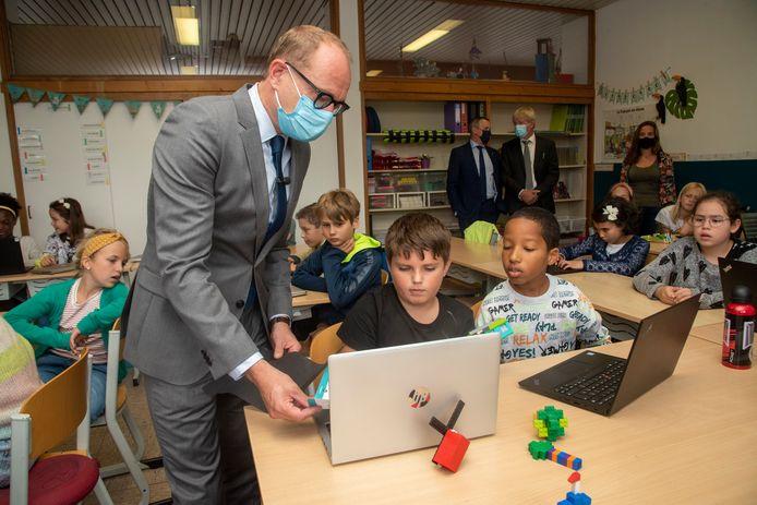 Minister Ben Weyts tijdens een bezoek in een school in Merelbeke op de eerste schooldag.