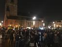 Honderden mensen staan donderdagavond op de Markt in Winterswijk om te protesteren tegen strenge stikstofregels.