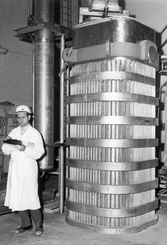 Een ingenieur voor een van de indrukwekkende installaties in de Eurochemic-fabriek. Beeld Eurochemic
