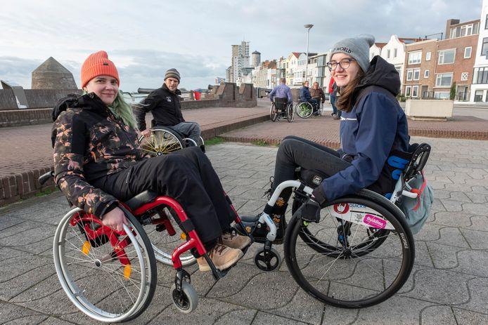 Renée Zilverentant (links) en Carlein Hollestelle maken onder toeziend oog van Kees-Jan van der Klooster een wheelie.