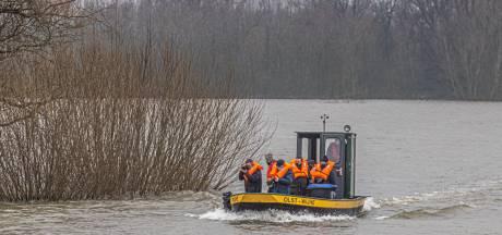 Nog nèt niet met het noodveer naar Fortmond: harde wind stuwt IJsselwater nog niet helemaal over de weg