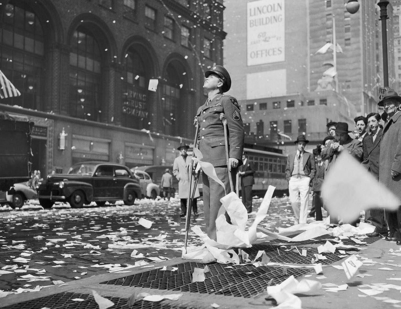 Een gewonde soldaat in New York viert op 8 mei de capitulatie van het Duitse leger en het einde van de Tweede Wereldoorlog. Beeld Gamma-Keystone via Getty Images