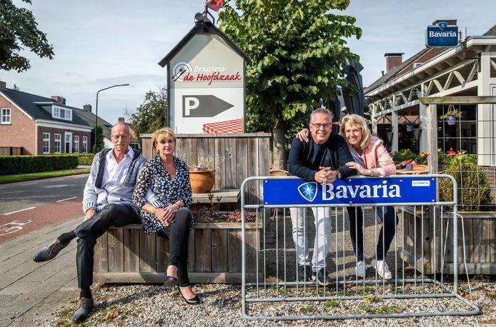 Links Rinus Nieuwenburg en Trudy Tielemans, rechts Patrick van Belkum en Heidi den Dekker. Rinus en Trudy nemen begin volgende maand het stokje over van Patrick en Heidi, die naar Duitsland verhuizen.