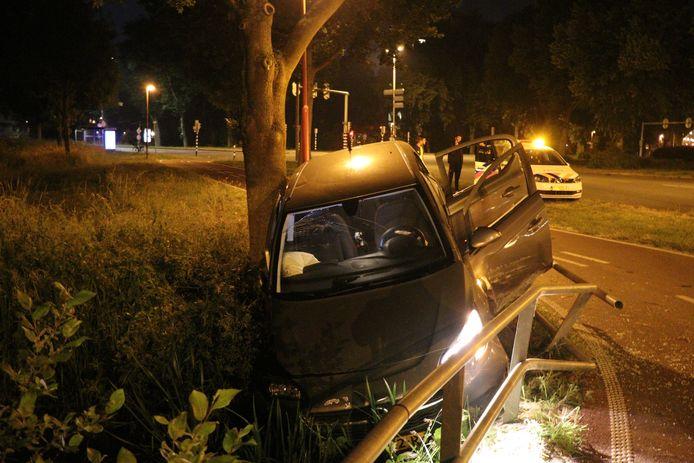 De gecrashte auto bij het Kardinaal Alfrinkplein in Utrecht
