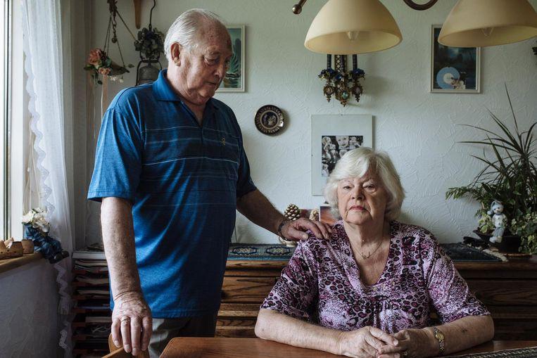 Ina Dobrosch (80) heeft graag dat Joop (80) in de buurt blijft. Dat ze weet waar hij is. Beeld Marc Driessen