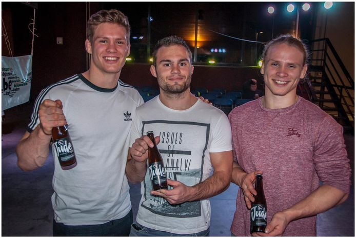 Van links naar rechts: Matthias Casse, Ken Kennes en Jeroen Casse met het Judobier.