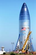 Een prototype van de SpaceX Starship-raket op de lanceerinrichting in Boca Chica Beach in Texas. De raket zou in staat zijn om grote groepen mensen naar de maan en Mars te brengen.