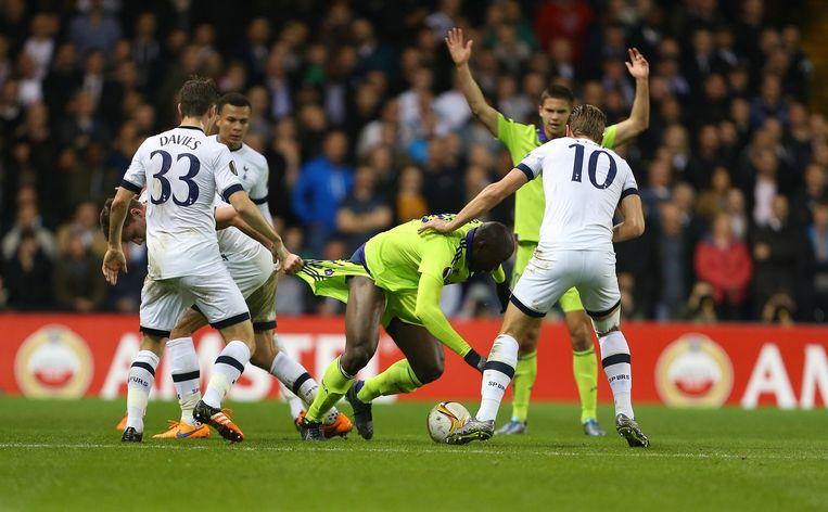Jan Vertonghen (Tottenham Hotspur) hangt aan de broek van Nicklas Helenius (Aston Villa), 2015. Beeld