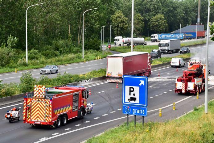 De Nederlandse truck vernielde een deel van de betonnen middenberm op de E17, net voor het parkeerterrein in Kruishoutem, in de richting van Antwerpen.