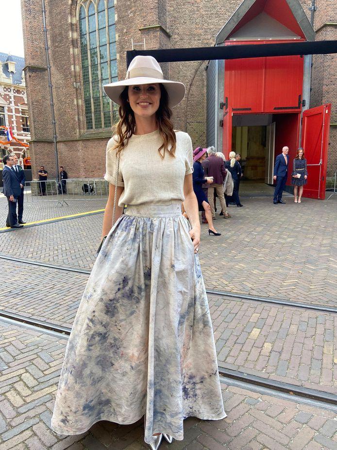 Tweede Kamerlid Kiki Hagen in de jurk die modeontwerper Sjaak Hullekes maakte voor actrice Jennifer Hoffman.