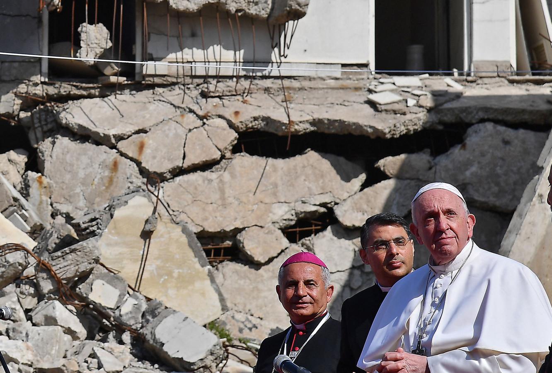Paus Francicus aanschouwt de ruïnes van een kerk in Mosul.