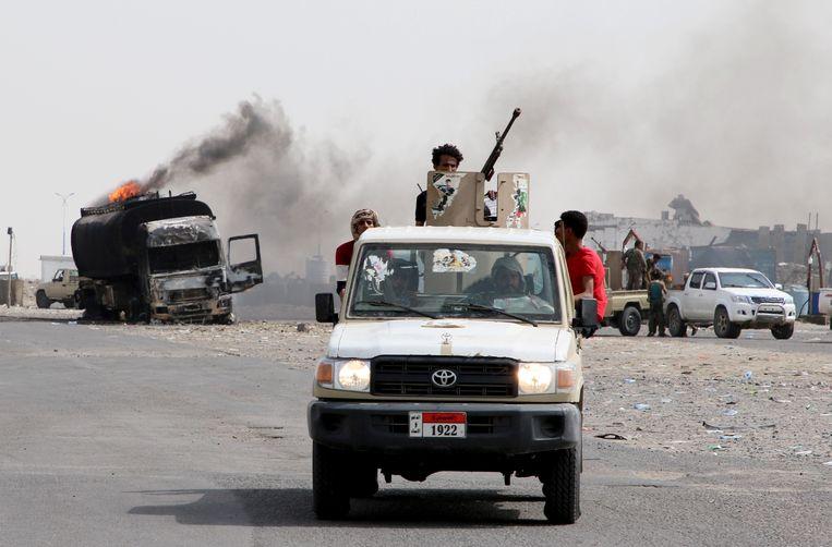 Zuidelijke separatisten patrouilleren in Aden, waar ze strijden tegen regeringstroepen. Beeld REUTERS