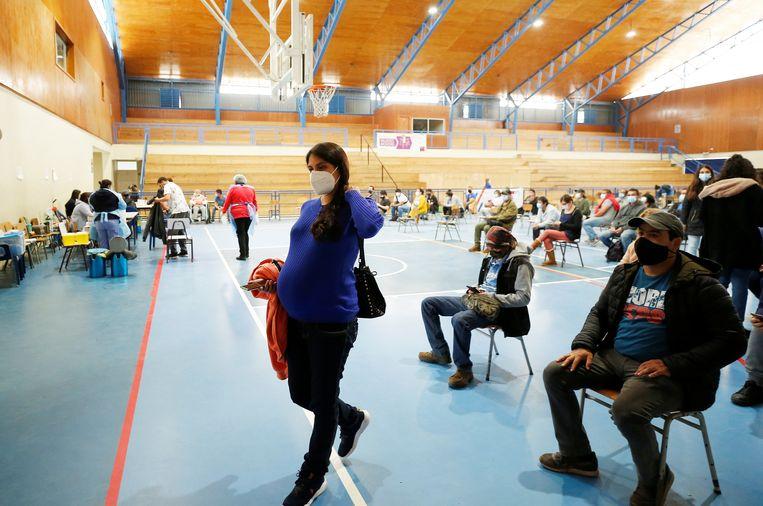 Een zwangere vrouw verlaat eind april de sporthal in Villa Alemana, Chili, nadat zij tegen corona is ingeënt met Pfizer. Beeld Reuters