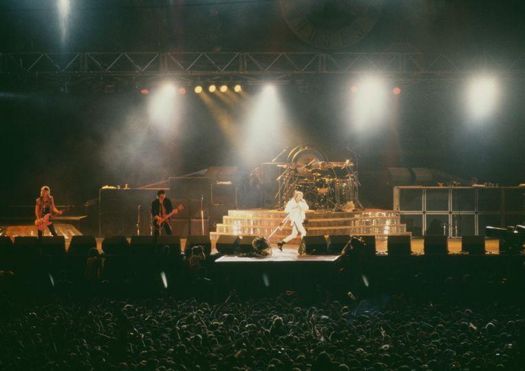 Guns N' Roses in het Maracana-stadion in Rio de Janeiro, januari 1991. V.l.n.r. Duff McKagan, Izzy Stradlin and Axl Rose. Beeld Redferns