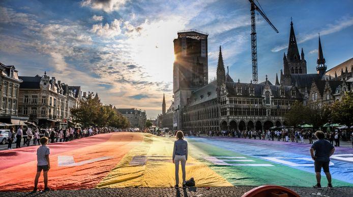 Voor de vijfde keer werd in Ieper de grootste vredesvlag ter wereld ontrold.