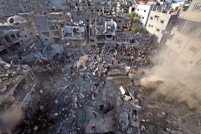 Op 16 januari 2009 wordt de stad Jabalia in de Gazastrook bestookt door het Israëlische leger. Drie dochters en een nichtje van arts Izzeldin Abuelaish komen daarbij om het leven.  Beeld BELGAIMAGE