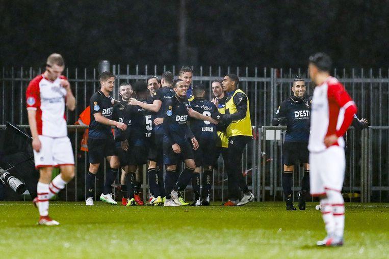 De bezoekers van Willem II vieren hun tweede doelpunt in Emmen. Beeld ANP