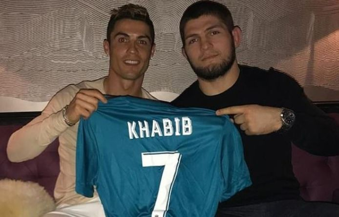 Ronaldo naast de onlangs afgehaakte Khabib Nurmagomedov, ongeslagen kampioen bij de lichtgewichten in het UFC.