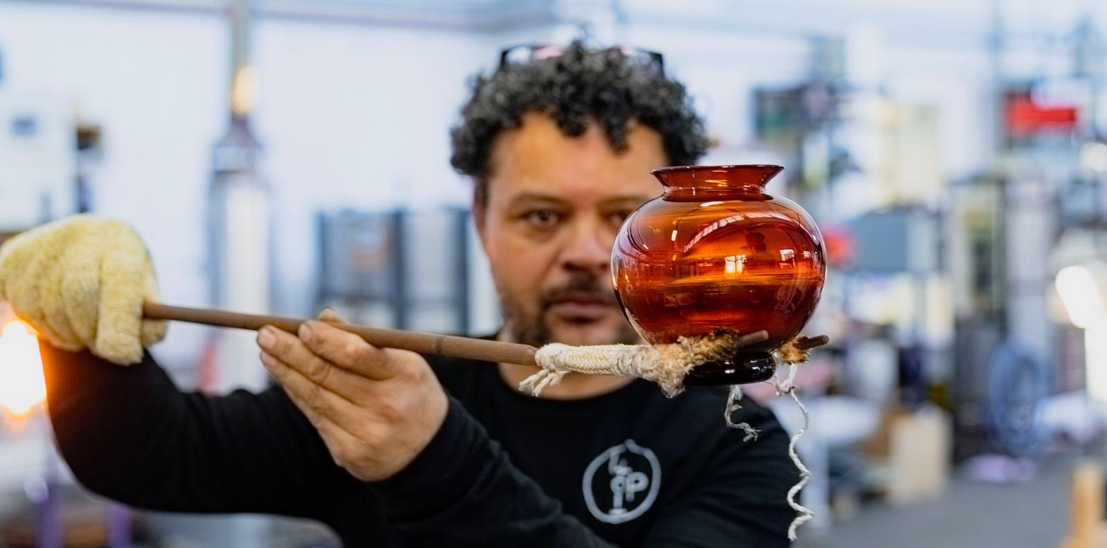 Archieffoto van Marco Lopulalan, die aan zijn Oranjevaasje voor koningin Máxima werkt.
