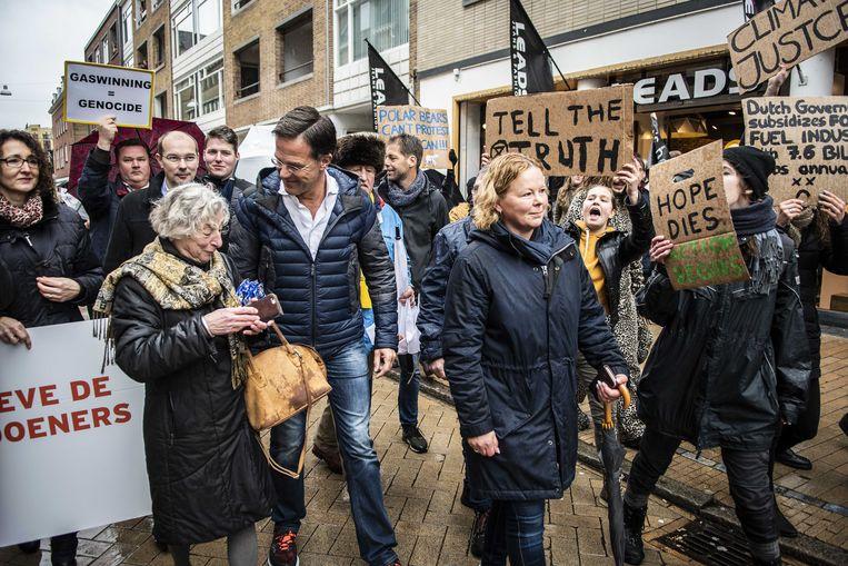 Betogers tegen het aardgasbeleid omringen premier Rutte  in Groningen. Beeld ANP