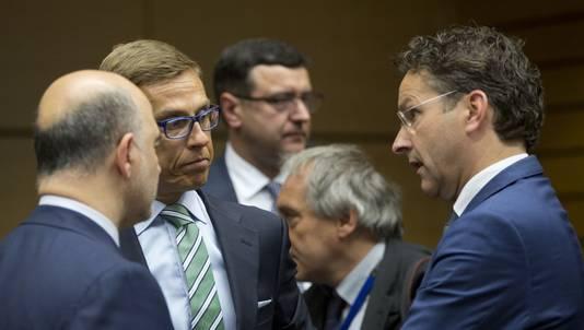 Eurogroepvoorzitter Jeroen Dijsselbloem (rechts) in gesprek met EU-commissaris Pierre Moscovici van Economische Zaken, Financiën en Buitenlandse Handel (links) en de Finse minister Alexander Stubb van Financiën.