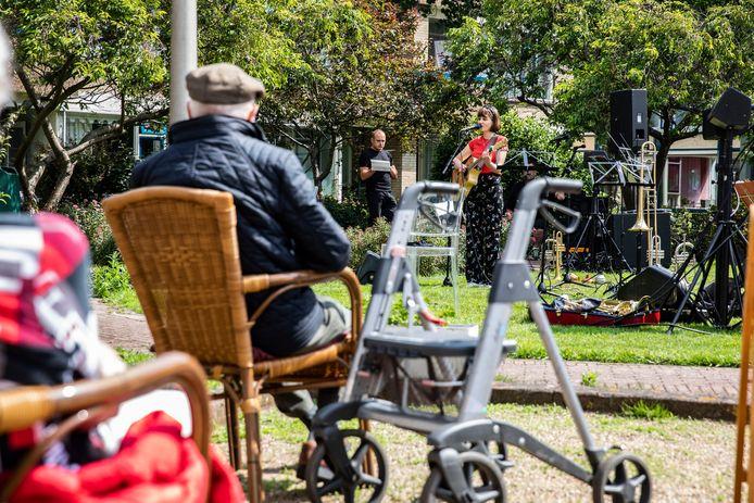 Babette Zwinkels treedt op voor ouderen.