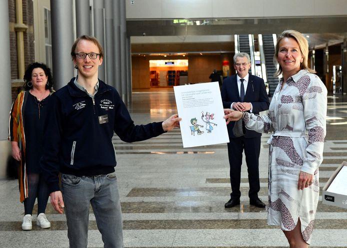 De Oosterhoutse wiskundedocent Willem-Jan van der Zanden en Berend Buddingh, bestuurder van een Bredase koepel van middelbare scholen, overhandigen een petitie met bijna 21.000 handtekeningen aan de Kamercommissie voor Onderwijs, Cultuur en Wetenschappen.