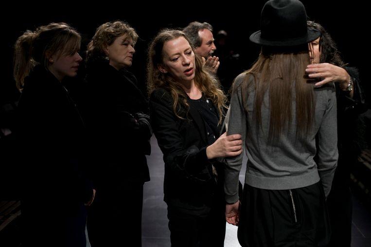 Ann Demeulemeester (midden) bekijkt een model, nŽt voor de start van haar Winter 08/09 show. Beeld Thomas Vanhaute
