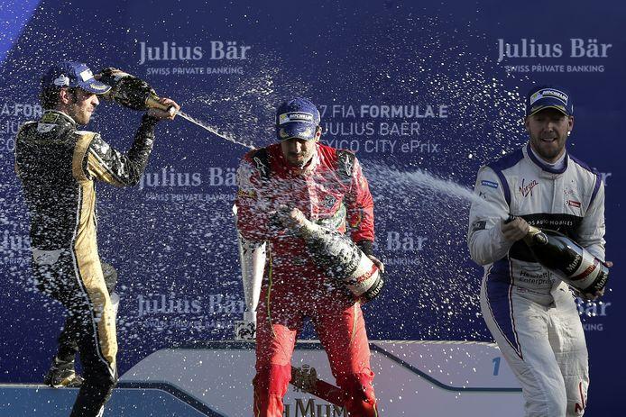 Braziliaanse coureur Lucas di GRassi (midden), Franse coureur Jean-Eric Vergne (links) en Sam Bird (Groot-Brittannië) op het podium van de ePrix van Mexico Stad vorig jaar april. Het champagne spuiten is wél hetzelfde als in de Formule 1.
