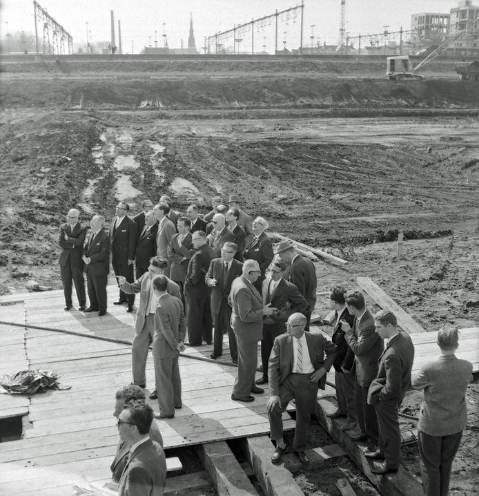 De eerste paal voor de nieuwe telefooncentrale in Eindhoven werd in april 1960 geslagen