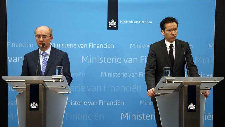 Jan Sijbrand, directeur toezicht van De Nederlandsche Bank (L) en minister Jeroen Dijsselbloem van Financien maken bekend dat SNS Reaal genationaliseerd wordt. Beeld anp