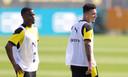 """Moukoko (links) en Jadon Sancho, die onlangs aangaf bij Dortmund te blijven en zei """"een mentor te willen zijn voor de jeugd""""."""