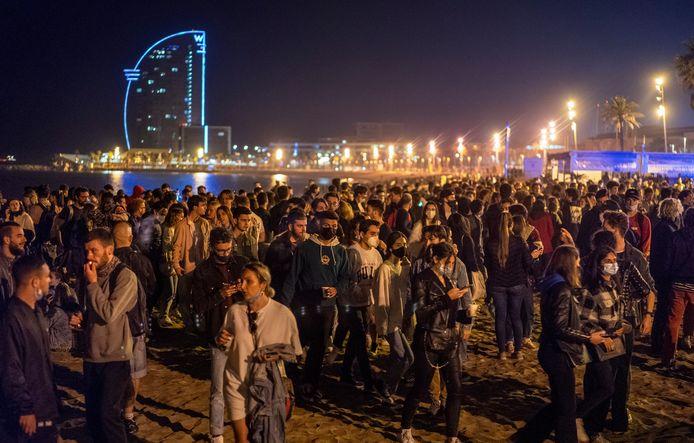 Dans la plupart des régions d'Espagne, la fin de ce régime d'exception à minuit dans la nuit de samedi à dimanche, a signifié également la levée du couvre-feu comme à Barcelone (nord-est) où cris, applaudissements et musique ont marqué cette liberté retrouvée.