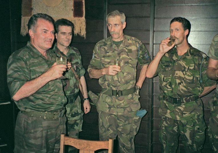 Mladic (links) en Karremans (derde van links) op 12 juli 1995, een dag na de val van Srebrenica.  Beeld AVALA/SIPA