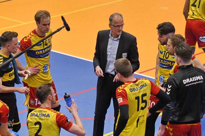 Dynamo-coach Redbad Strikwerda tijdens een van de time-outs in de bekerfinale.