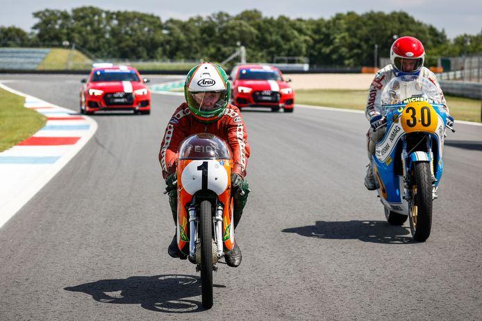 Jan de Vries (links) samen met Will Hartog op het circuit tijdens de viering van de 95e verjaardag van de TT Assen.